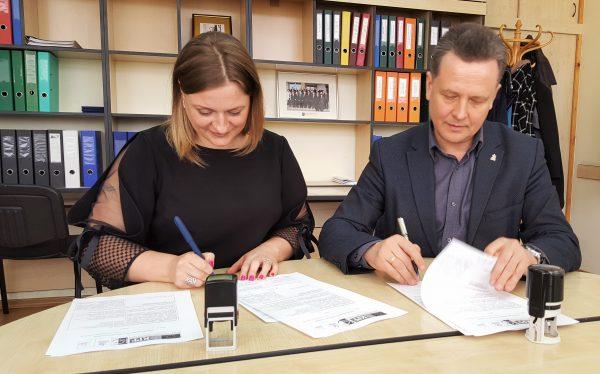 """Salako bendruomenė """"Sakalas"""" pasirašė vietos projekto """"Salako bendruomenės namų remontas"""" vykdymo sutartį"""